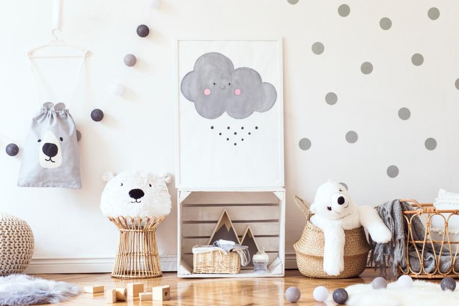 Babyzimmereinrichtung mit viel Deko, Kuscheltieren und Spielzeug