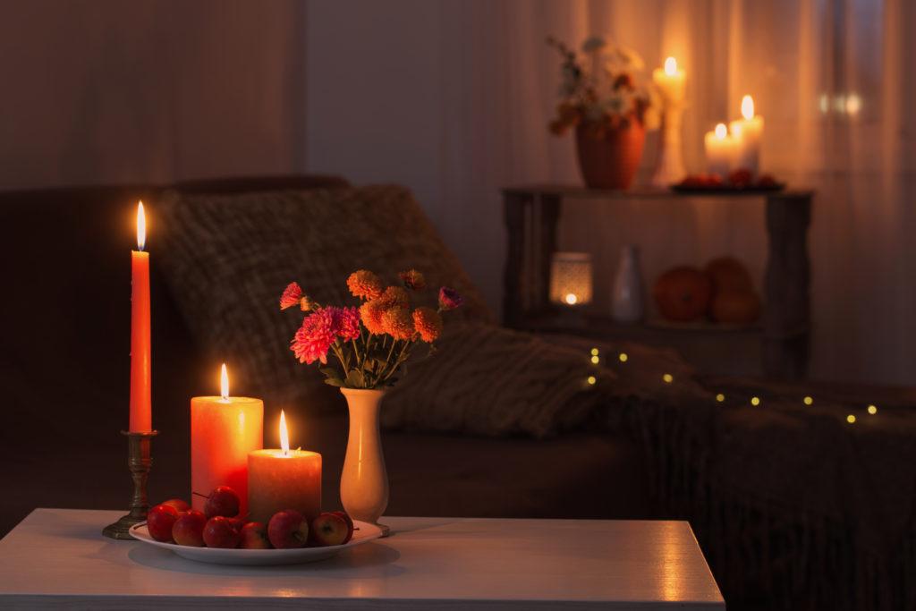 Gemütliches Wohnzimmer mit Kerzenschein und Lichterkette