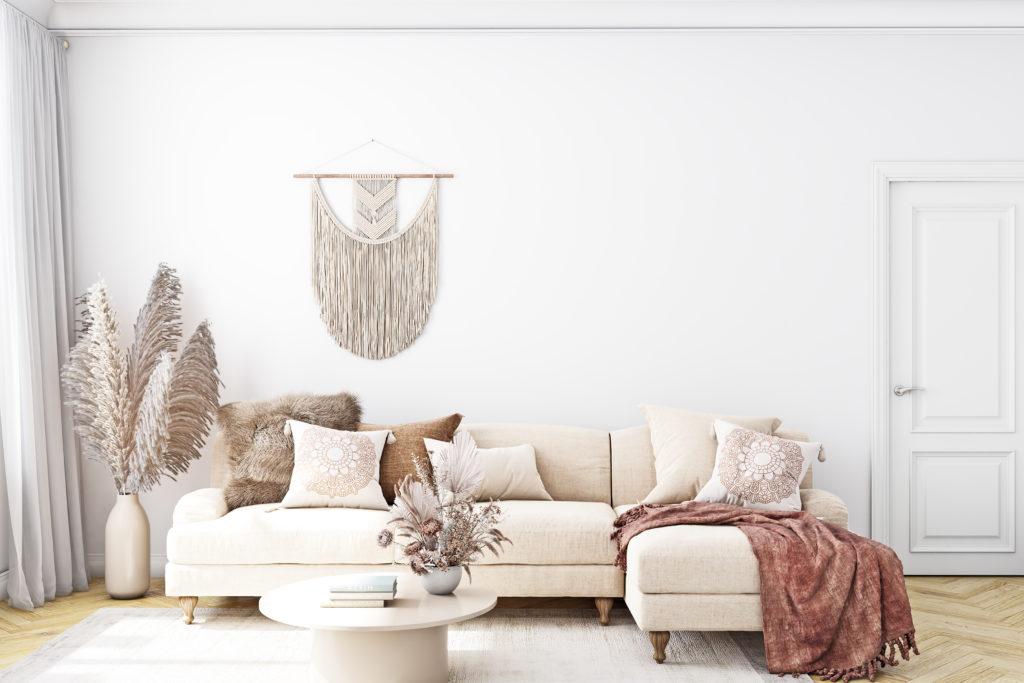 Helles Sofa in einem Wohnzimmer im Boho Style
