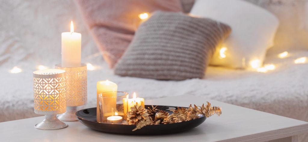 Kuschelige Wohnaccessoires mit Kerzen, Lichterketten und indirekter Beleuchtung für ein gemütliches Ambiente