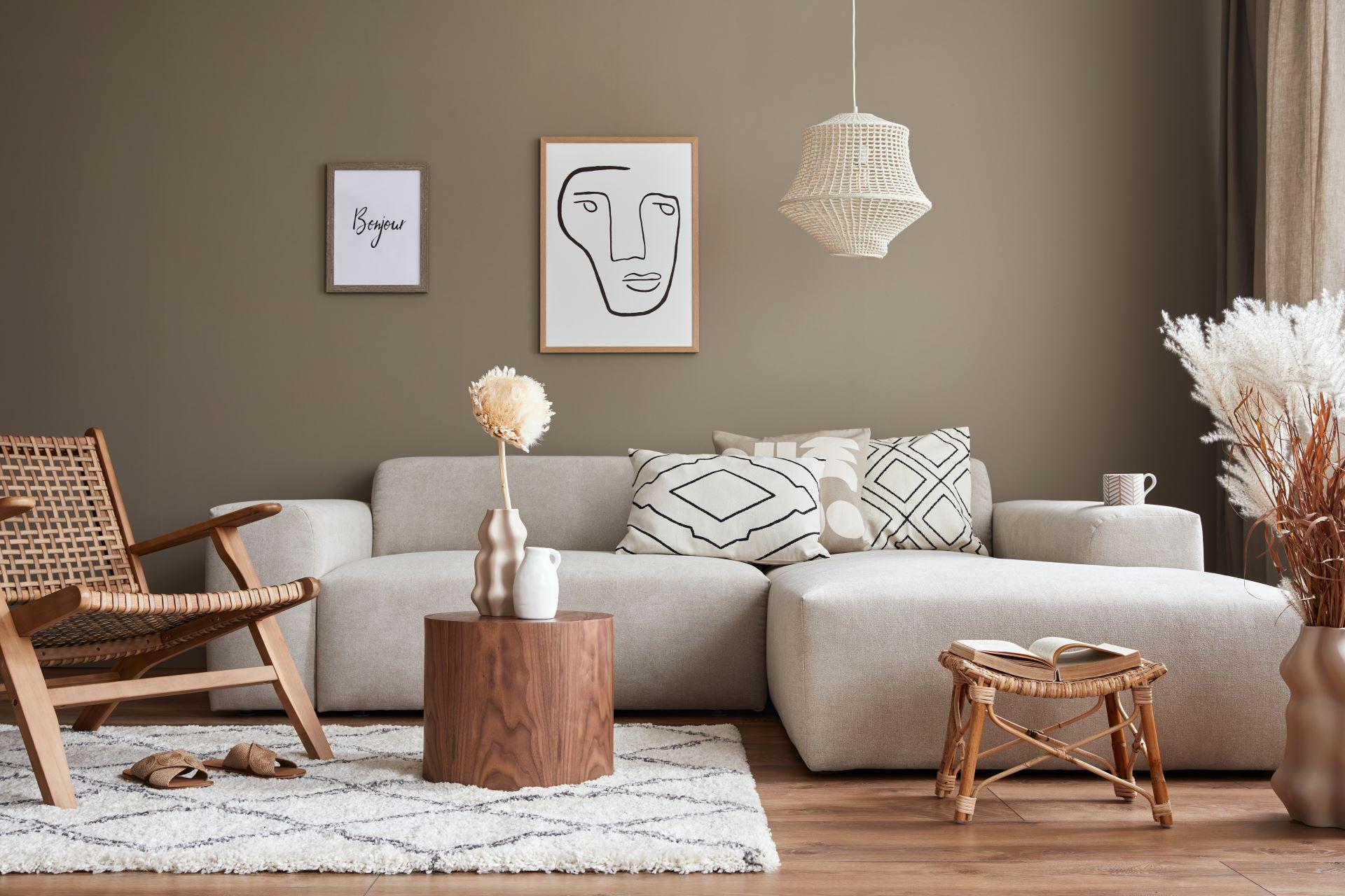 Helles Wohnzimmer Sofa mit Zierkissen und Couchtisch aus Holz
