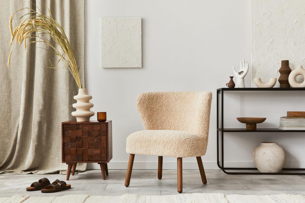 Modernes Wohnambiente mit hellen Tönen und abgerundeten Möbelstücken