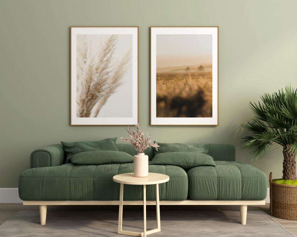Grünes Sofa mit abgerundeten Poltern